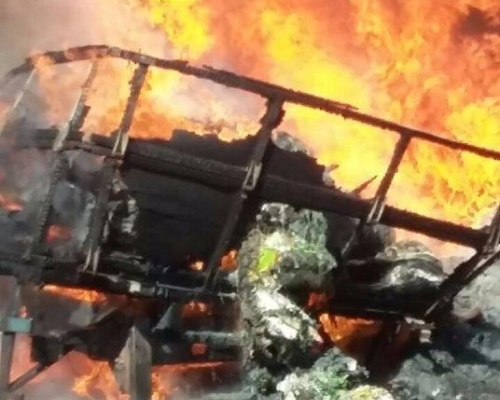 Caminhão é totalmente destruído pelo fogo na BR-163