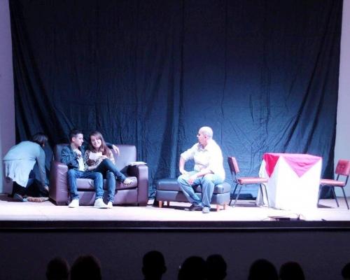 Encenada peça teatral em Capitão visando conscientizar jovens e adolescentes a ficarem longe das drogas
