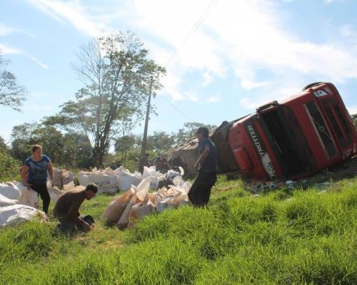 Bi-trem carregado de milho tomba na Curva do Barea em Capitão