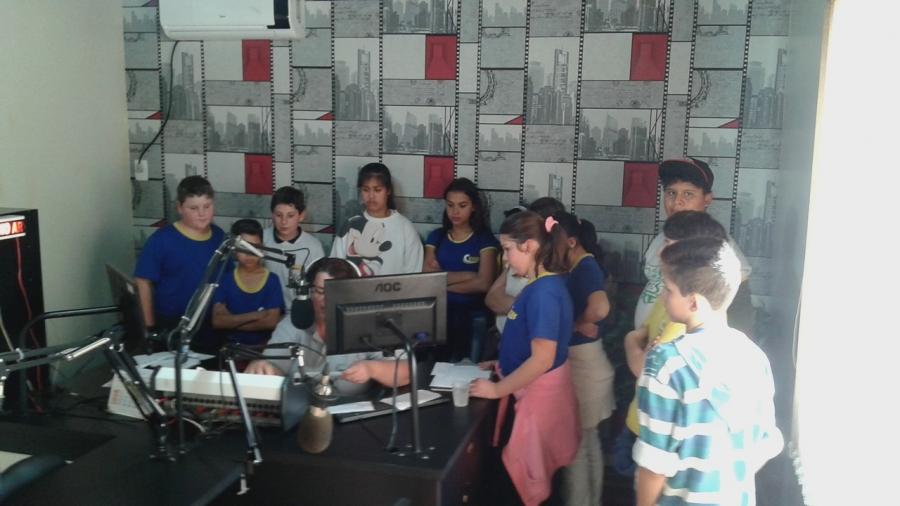 Alunos do CECAC visitam os estúdios da Rádio Interativa FM
